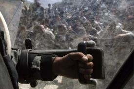 Demonstraci přihlížely policejní jednotky.